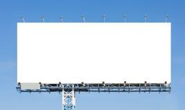 Cartelera en blanco lista para el nuevo anuncio con el backgr del cielo azul fotografía de archivo libre de regalías