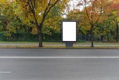 Cartelera en blanco negra en el camino para el anuncio imagenes de archivo
