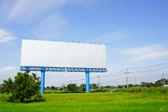 Cartelera en blanco para advetising en el campo del arroz con la nube móvil o Foto de archivo