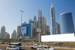 Cartelera en blanco para el anuncio en Dubai con horizonte imagen de archivo