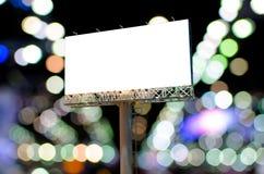 Cartelera en blanco para el anuncio en noche con el backg del bokeh Fotos de archivo
