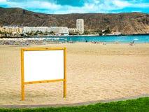 Cartelera en blanco para una publicidad del viaje Imagen de archivo libre de regalías