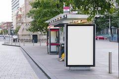 Cartelera en blanco en una parada de autobús Imagenes de archivo
