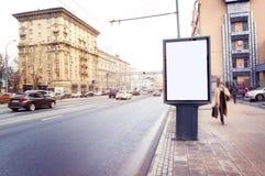 Cartelera en blanco vacía, cartel, mofa para arriba, en la calle, para su lo fotos de archivo