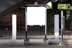 Cartelera en blanco y publicidad al aire libre para más cartelera imagen de archivo