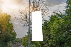 Cartelera en blanco y puesta del sol de la maqueta de la calle fotos de archivo