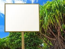 Cartelera en un jardín tropical Foto de archivo