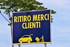 Cartelera genérica con escrito en las 'mercancías italianas de la carga, clientes ' foto de archivo libre de regalías