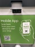 Cartelera móvil del App de la tienda de Waitrose, Londres fotografía de archivo