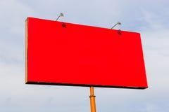 Cartelera roja en fondo del cielo Fotografía de archivo libre de regalías