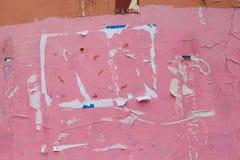 Cartelera rosada del boletín superficie envejecida de la pared de la calle Visión macra imagen de archivo