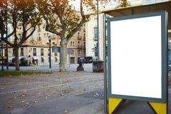 Cartelera vacía con el espacio de la copia para su mensaje de texto o contenido promocional, mofa electrónica de la publicidad pa fotos de archivo libres de regalías