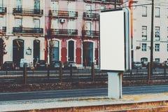 Cartelera vacía de la maqueta en ambientes urbanos imagen de archivo libre de regalías