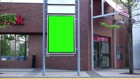 Cartelera verde para su anuncio al lado de Scotiabank metrajes