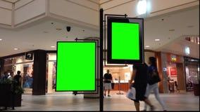 Cartelera verde para su anuncio dentro de la alameda de compras del centro de Coquitlam almacen de metraje de vídeo