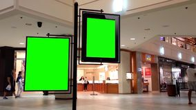 Cartelera verde para su anuncio dentro de la alameda de compras del centro de Coquitlam