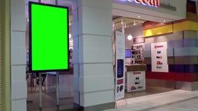 Cartelera verde para su anuncio en la tienda del teléfono móvil metrajes