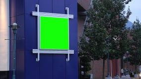 Cartelera verde para su anuncio fuera de la alameda de compras del centro de Coquitlam almacen de metraje de vídeo