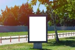 Cartelera vertical del espacio en blanco del marco en la calle de la ciudad Foto de archivo