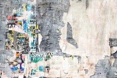 Cartelera vieja con los carteles rasgados Fotografía de archivo