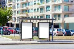 Carteleras en blanco en una parada de autobús - publicidad al aire libre Fotos de archivo libres de regalías