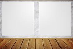 Carteles blancos que cuelgan en la pared Imagenes de archivo
