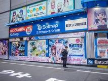 Carteles de la pared del animado en la ciudad eléctrica de Akihabara, Tokio Japón fotografía de archivo