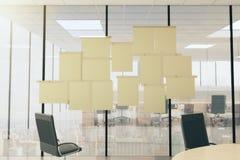Carteles del papel en blanco en la pared vtireous en oficina moderna con furni Fotografía de archivo