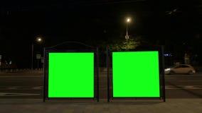 Carteles electrónicos modernos con las pantallas verdes en parada de autobús almacen de metraje de vídeo