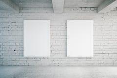 Carteles en blanco en la pared de ladrillo Fotografía de archivo libre de regalías
