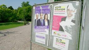 Carteles en el parque soleado verde para la elecci?n del Parlamento Europeo 2019 metrajes