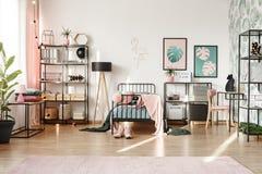 Carteles en interior en colores pastel del dormitorio Imágenes de archivo libres de regalías