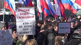Carteles en las manos de manifestantes en el marzo en memoria de Nem metrajes