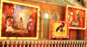 Carteles indios viejos del cine, reguera de la cultura Imagen de archivo