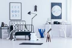 Carteles lunares en dormitorio del ` s del niño Imagen de archivo libre de regalías