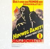 Carteles políticos de la cartelera del partido nazi alemán, expuestos adentro Foto de archivo libre de regalías