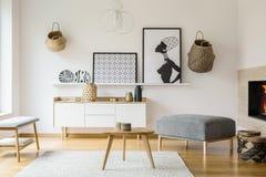 Carteles y cestas en la pared blanca en interior plano brillante con w foto de archivo libre de regalías