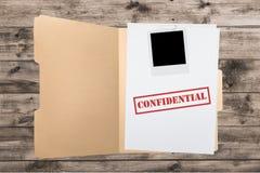 Cartella con le carte confidenziali sulla tavola di legno Fotografia Stock Libera da Diritti