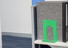 Cartella dei documenti di affari con l'estremità del Libro verde in ufficio Immagine Stock