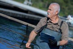 Cartella della tenuta dell'agricoltore di acquacoltura Fotografie Stock Libere da Diritti