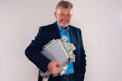 Cartella della tenuta dell'uomo senior con le banconote in dollari Immagini Stock Libere da Diritti