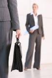 Cartella di trasporto della donna di affari Fotografie Stock