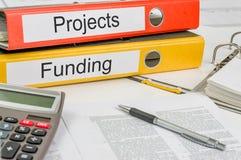 Cartelle con i progetti ed il finanziamento delle etichette Immagine Stock
