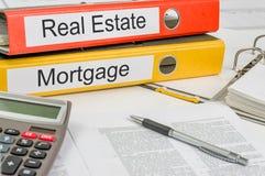 Cartelle con le etichette Real Estate e l'ipoteca Immagine Stock Libera da Diritti