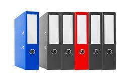 Cartelle dell'ufficio nere e rosso isolato sul bianco Immagini Stock Libere da Diritti