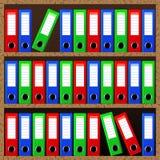 Cartelle di archivio che stanno sugli scaffali royalty illustrazione gratis