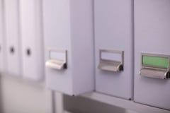 Cartelle di archivio, stanti sugli scaffali in Fotografie Stock Libere da Diritti