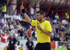 Cartellino giallo di manifestazione dell'arbitro di pallamano Fotografia Stock