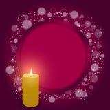 Cartellino rosso elegante con il foro rotondo rosso festivo e una candela bruciante Immagini Stock