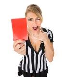 Cartellino rosso femminile della tenuta dell'arbitro fotografie stock